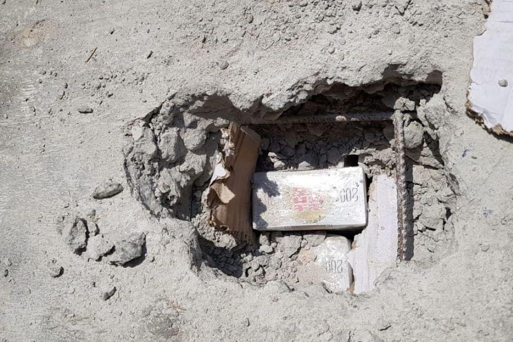 DISEMBUNYIKAN DI DALAM BLOK KONKRIT: 12,479 karton rokok tanpa cukai disembunyikan di dalam blok konkrit. -Foto: ICA.