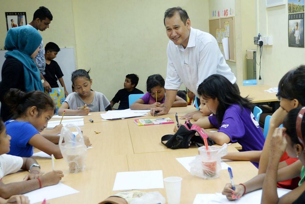 BANTU TINGKATKAN PENDIDIKAN AWAL KANAK-KANAK: Encik Faizal (tengah) bersama pelajar-pelajar daripada keluarga berpendapatan rendah, telah menjalankan program perintis KidSTART di daerah Taman Jurong dan Boon Lay bersama ECDA. - Foto fail
