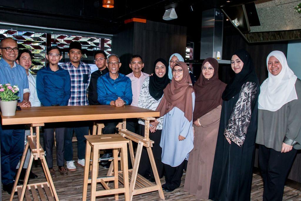 DIALOG ASATIZAH DENGAN MENTERI: Sekumpulan asatizah muda menghadiri sesi Dialog Bersama Asatizah ke-18 anjuran BH yang turut disertai Encik Masagos Zulkifli Masagos Mohamad (enam dari kiri); Editor BH/BM, Encik Saat Abdul Rahman (sebelah kiri Encik Masagos); Penolong Editor BH/BM, Encik Nizam Ismail (paling kiri); dan wartawan BH/BM Cik Nur Adilah Mahbob (paling kanan). – Foto BH oleh NUR DIYANA TAHA