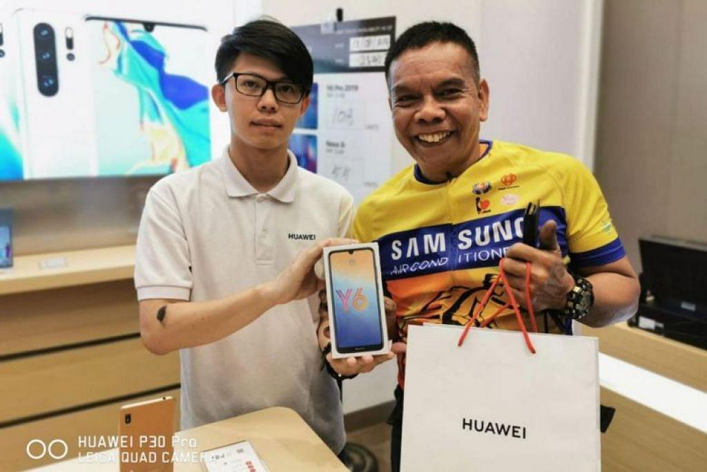 BERNASIB BAIK: Encik Salehim menganggap dirinya bernasib baik apabila syarikat Huawei menghubunginya menerusi SMS dan memberinya baucar bernilai $100. Beliau lalu membeli telefon jenis Y6 Pro pada hari yang sama. -Foto HUAWEI.