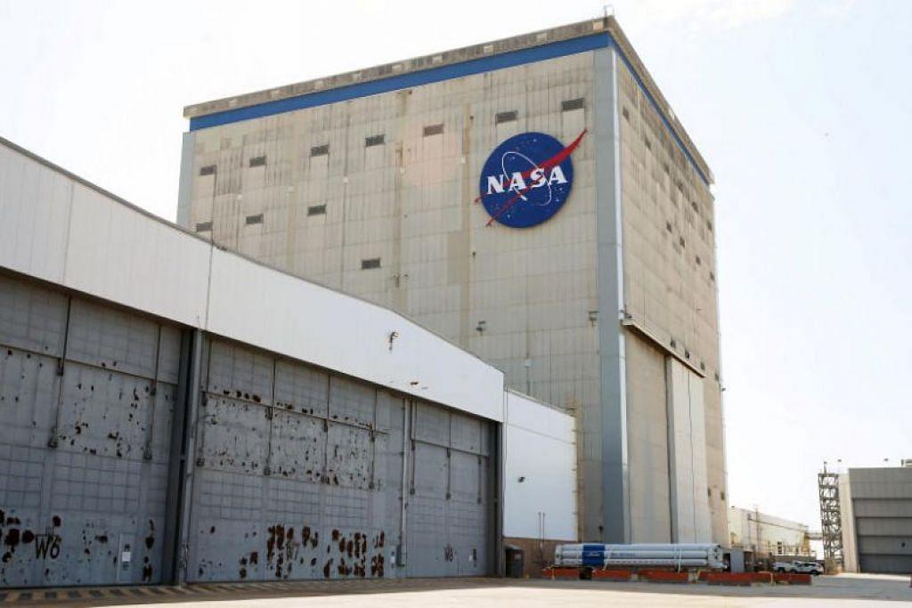 PELAN DIPERKEMAS: Di bawah satu pelan optimistik yang ditetapkan oleh pentadbiran Trump, Amerika Syarikat berwawasan ingin menghantar angkasawan ke bulan menjelang 2024. -Foto REUTERS.