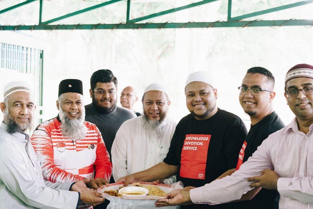 JAMU PEKERJA ASING: Encik Mohamed Rafeeq (dua dari kiri), Ustaz Zahid Zin (tiga dari kanan) dan Encik Mohamed Shah Reza (dua dari kanan) merupakan antara individu yang menjayakan acara 'Thank you, Bhaiya' untuk menjamu 1,000 pekerja asing di Masjid Al-Firdaus semalam. - Foto PINNACLE STUDIOS