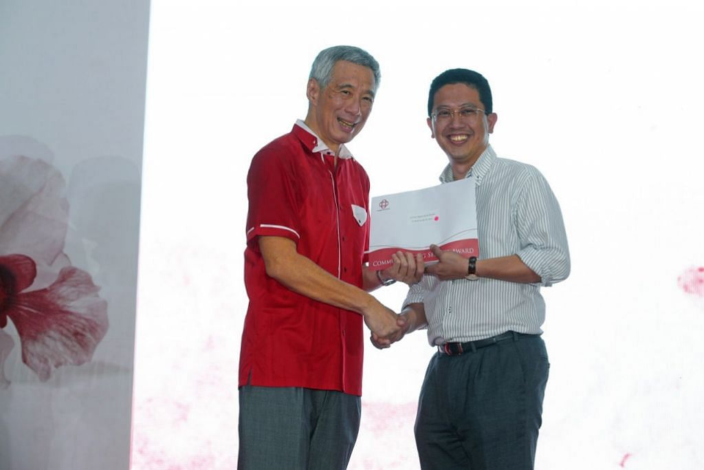 Dr  Abdul Razakjr Omar received Long Service Awards as Teck Ghee grassroots leader