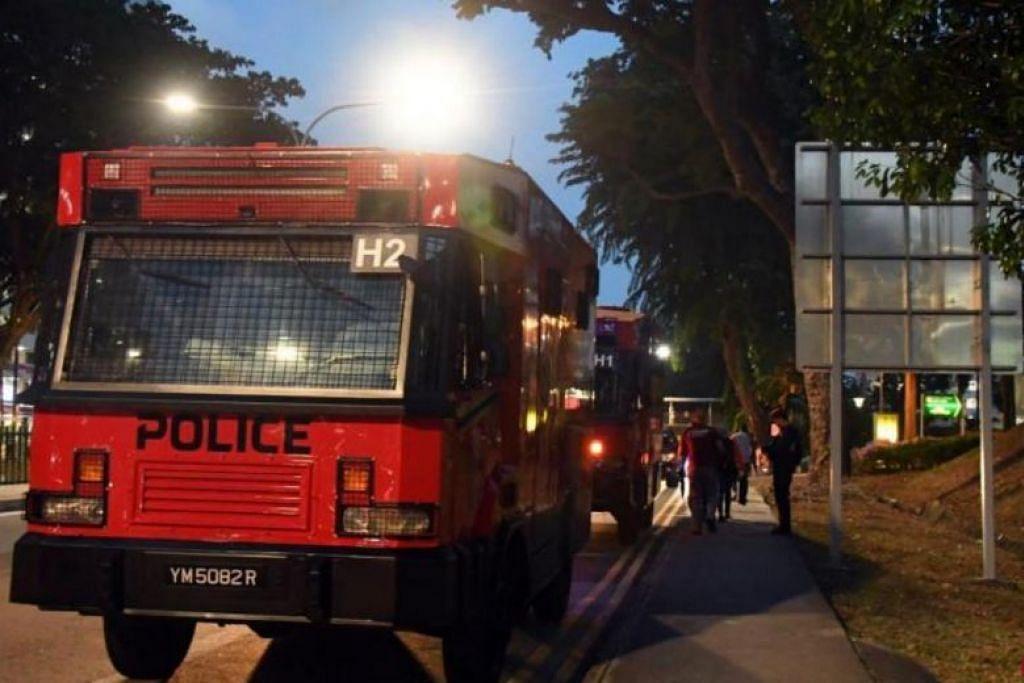 MELARIKAN DIRI SECARA BERJALAN KAKI: Dua kenderaan rusuhan telah digunakan untuk mencari lelaki berusia 28 tahun yang disyaki terlibat dalam kes berkaitan dadah dan penderaan kanak-kanak. -Foto: LIANHE ZAOBAO