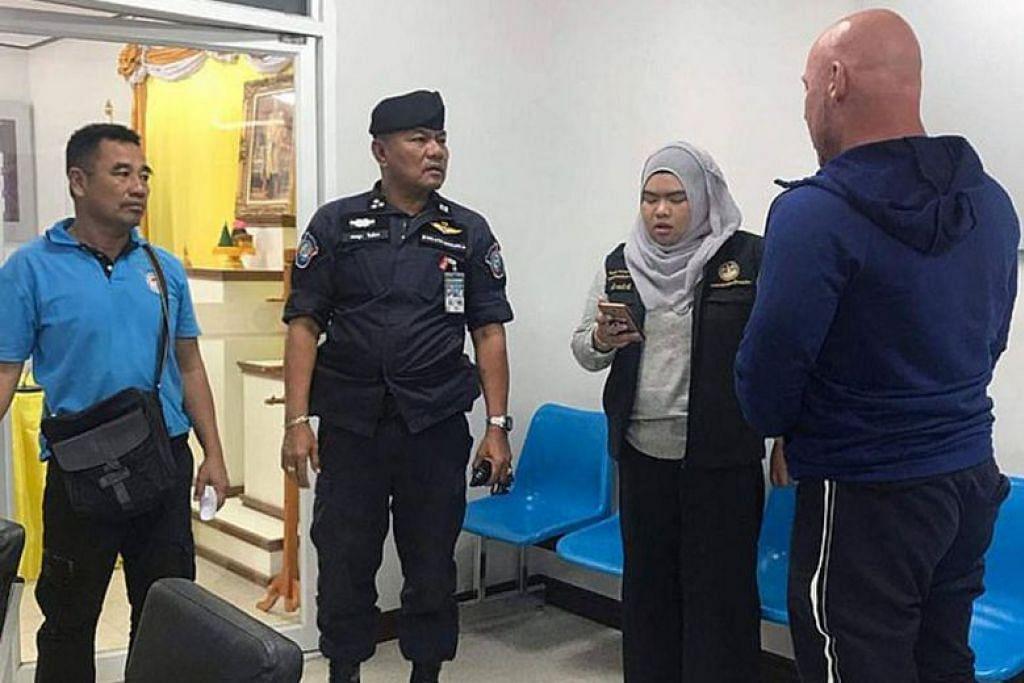 BEBAS DENGAN IKAT JAMIN: Roger Bullman (paling kanan), yang menghadapi kesalahan mencekik hingga mati suami warga Singapura, Encik Amitpal Singh Bajaj, dibebaskan dengan ikat jamin $18,120 oleh polis Thailand. -Foto TOURIST ASSISTANCE CENTRE (TAC).
