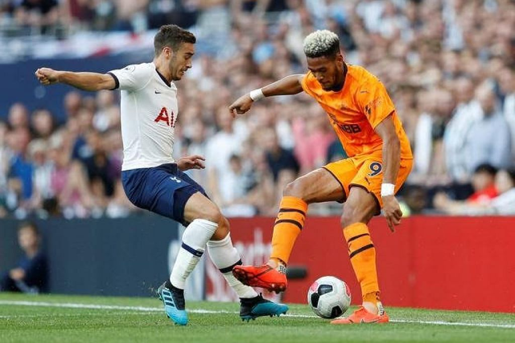 Pemain Tottenham Hotspur, Harry Winks sedang menggelecek bola dengan pemain Newcastle United, Joelinton. - Foto Reuters