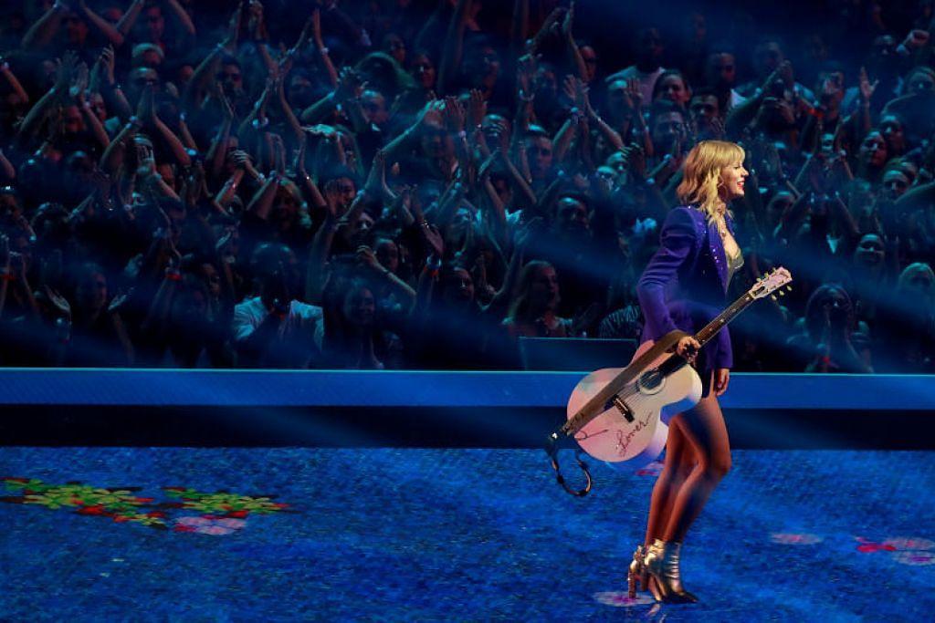 Taylor Swift bermain gitar sambil menyanyi di Anugerah Muzik Video MTV - Foto Reuters
