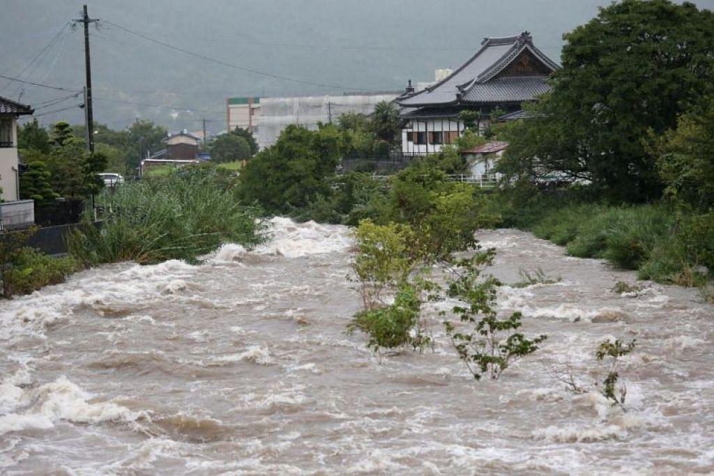 AIR SUNGAI MELIMPAH: Air melimpah dari Sungai Muromi di wilayah Fukuoka pada 28 Ogos 2019. -Foto REUTERS.