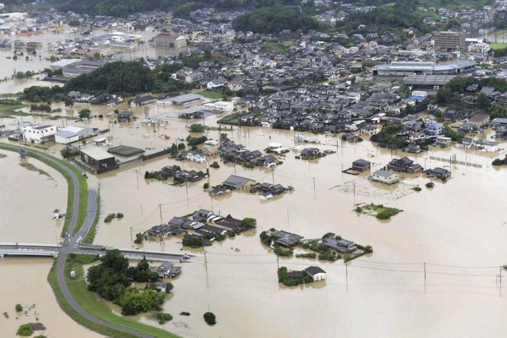 BANJIR: Pemandangan dari udara menunjukkan rumah dan jalan raya ditenggelami air di kawasan banjir di Takeo, wilayah Saga, selatan Jepun, pada 28 Ogos 2019. -Foto REUTERS.