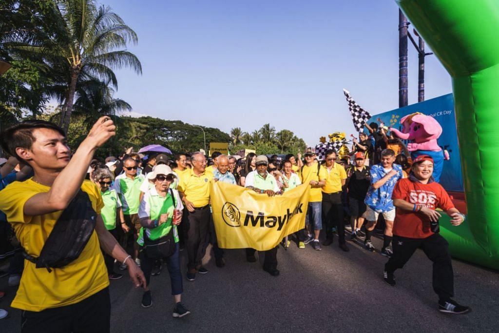 SOKONG KERJA AMAL: Permulaan acara Jalan Kaki Amal di Sentosa Pahlawan Green yang disertai lebih daripada 2,000 kakitangan Maybank serta keluarga dan rakan-rakan mereka adalah antara kegiatan yang dianjurkan bagi mengutip dana bernilai $500,000. – Foto MAYBANK SINGAPORE