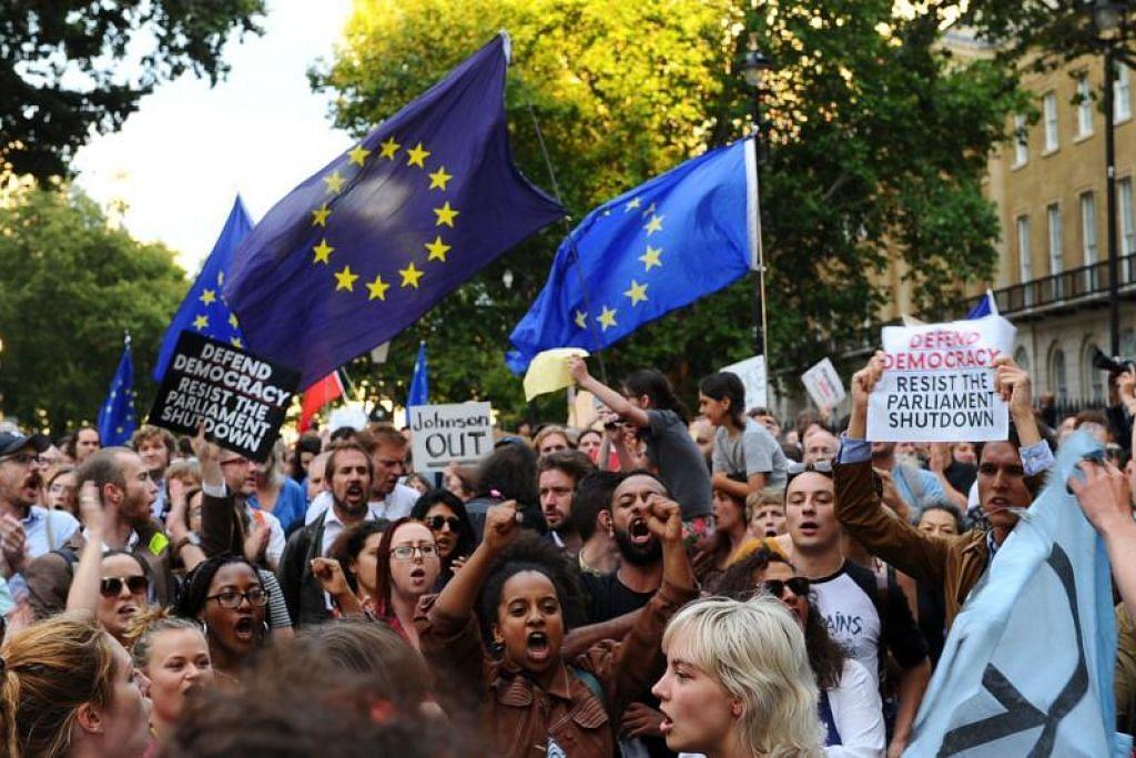 Bantahan anti-Brexit diadakan di luar Downing Street di London pada 28 Ogos setelah Encik Boris Johnson menggantung Parlimen. - Foto AFP