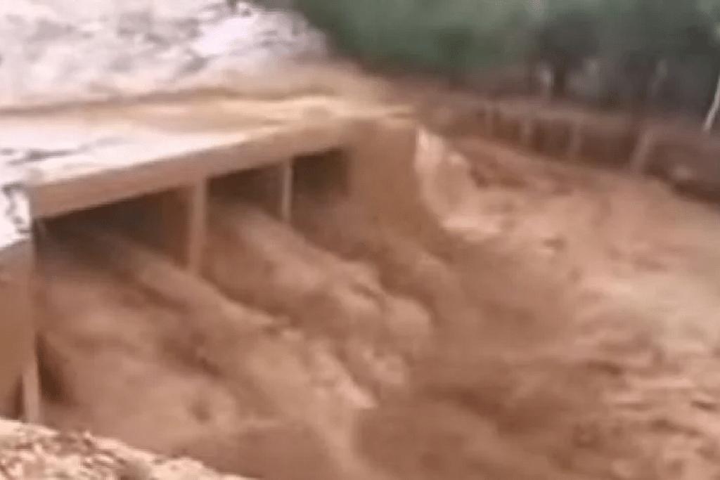TERKORBAN KETIKA MENYAKSIKAN PERTANDINGAN BOLA SEPAK DI KAMPUNG: Hujan lebat yang melanda daerah selatan negara Maghribi telah mengakibatkan limpahan sungai serta banjir. - Foto: AFP.