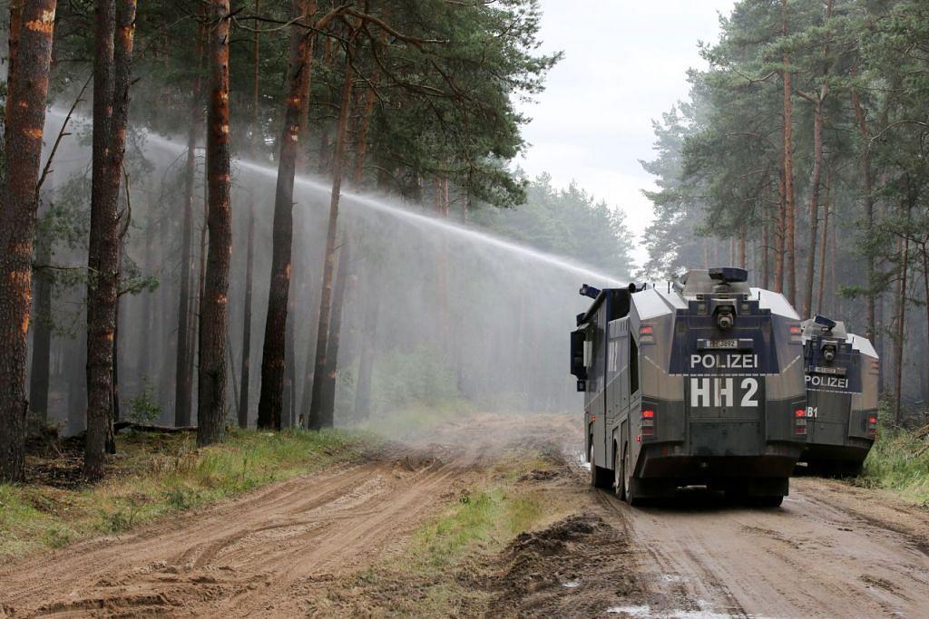 Kebakaran hutan di negara lain: JERMAN: Pihak berkuasa menggunakan meriam air polis untuk memadamkan kebakaran dekat Luebtheen, timur Jerman pada 4 Julai lalu. – Foto REUTERS