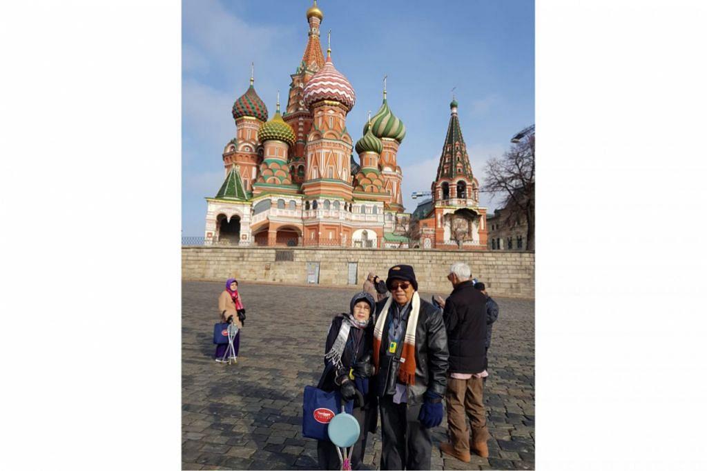 BANGUNAN BERSEJARAH RUSSIA: Penulis bersama suami di hadapan bangunan Saint Basil's Cathedral di Moscow.