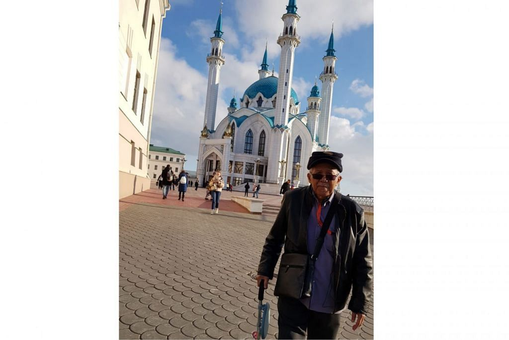 MASJID KUL SHARIF: Ustaz Sallim Jasman di hadapan Masjid Kul Sharif yang terletak di Kazan Kremlin dan dibuka rasmi pada 2005