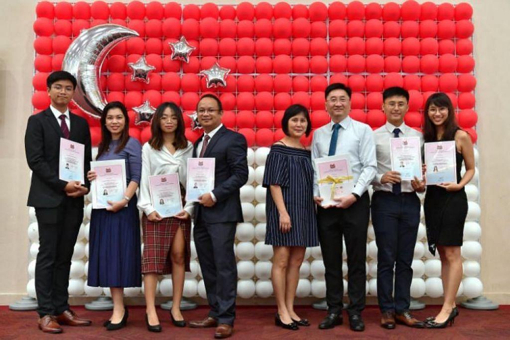 WARGA BARU SINGAPURA: Encik Alvin Paras Dimalanta (empat dari kiri), isterinya Cik Michelle Anne (dua dari kiri) dan anak-anak mereka Cik Anne (tiga dari kiri)  dan Encik Allen (paling kiri) merupakan antara 149 orang yang menerima sijil kewarganegaraan Singapura mereka pada Sabtu. -Foto ST: NG SOR LUAN.