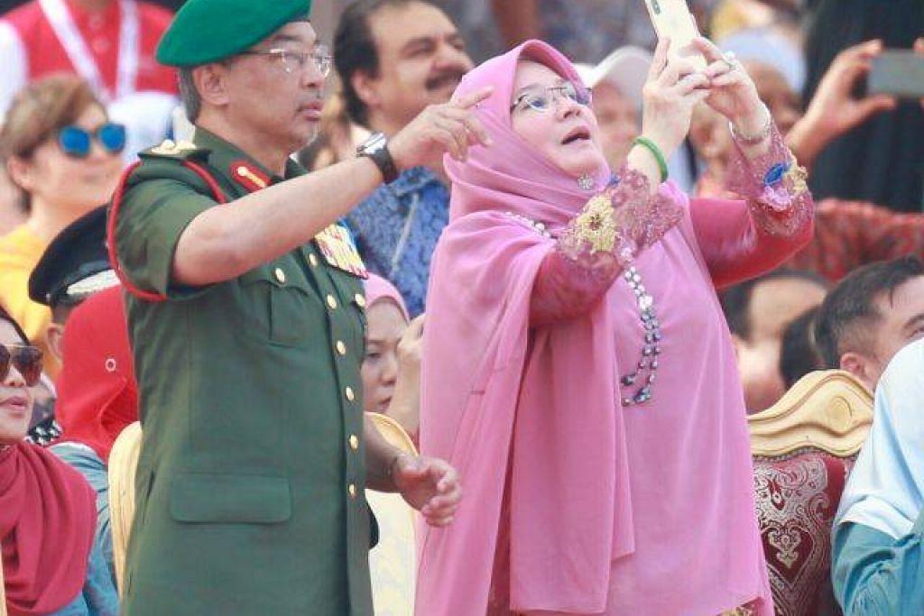 """AMBIL GAMBAR JADI ISU: Raja Permaisuri Agong Malaysia dikritik oleh seorang pengguna Twitter yang menyatakan beliau seperti """"anak kecil,"""" tetapi respons tenang daripada Tunku Azizah menerima banyak sokongan dari Rakyat."""