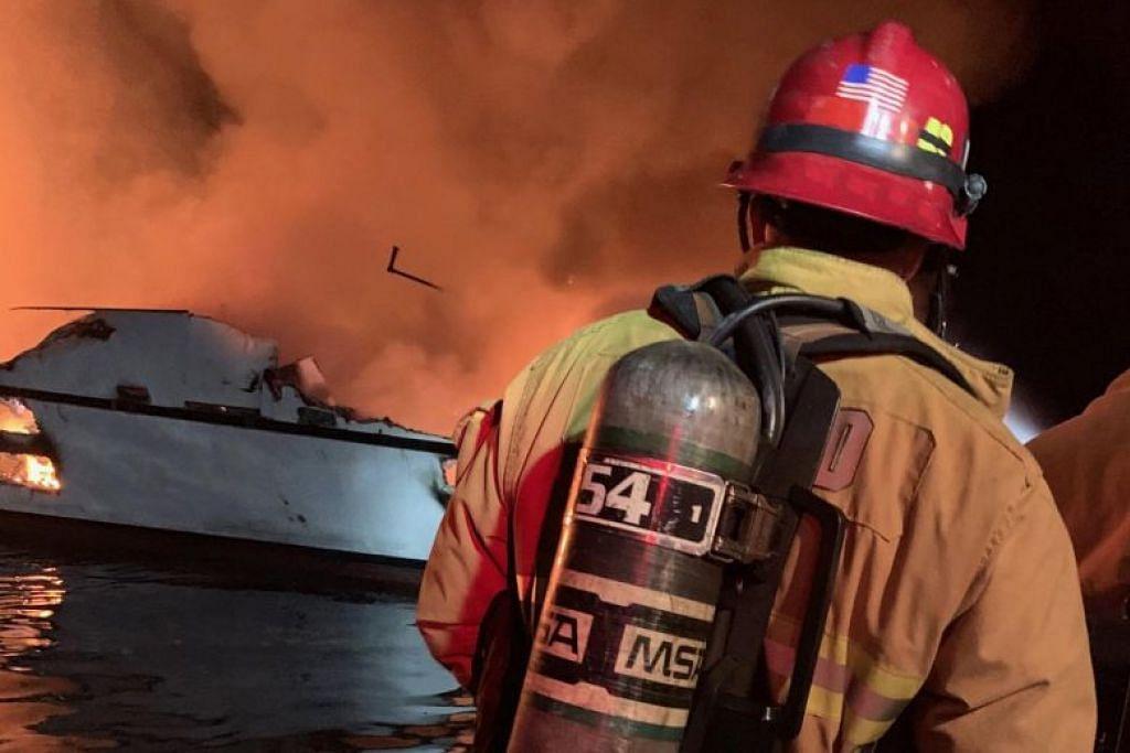 KEBAKARAN ATAS KAPAL SELAM: Kebakaran yang berlaku di atas kapal selam di California ini telah mengambil nyawa 4 penumpang, sementara 30 lain masih hilang. -Foto AFP.