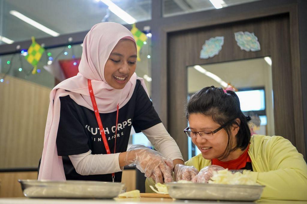 SUMBANG MASA DAN TENAGA: Cik Nur Rasheqah Mohd Rashed merupakan Ketua Kor Belia yang meluangkan masa melakukan kerja sukarela dengan Persatuan bagi Orang Kurang Upaya (SPD). - Foto NYC