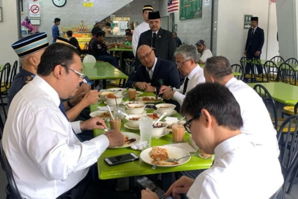 BERSARAPAN DI RESTORAN AWAM: Pekerja dan pelanggan di restoran Nasi Lemak Royale Kedah di Putrajaya dikejutkan dengan kehadiran Yang di-Pertuan Agong, Sultan Abdullah. - Foto Berita Harian Online / Ihsan Perbadanan Putrajaya