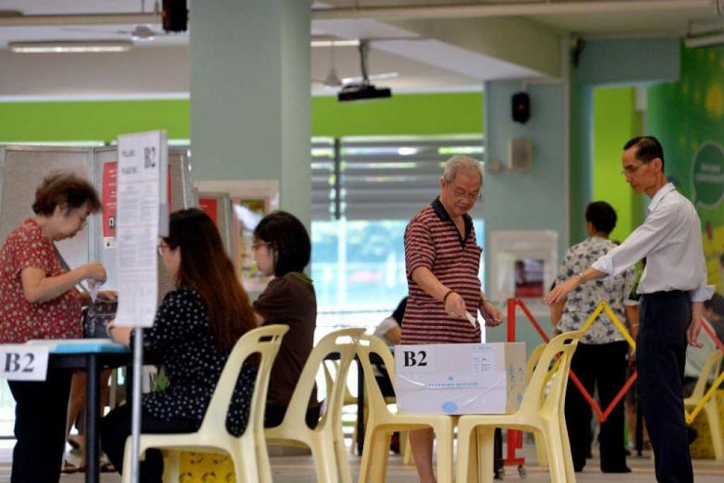 MEMBUAT PILIHAN: Para pengundi membuat undi mereka di pusat pengundian di Sekolah Rendah Cantonment semasa Pilihan Raya Umum 2015. -Foto: FAIL ST