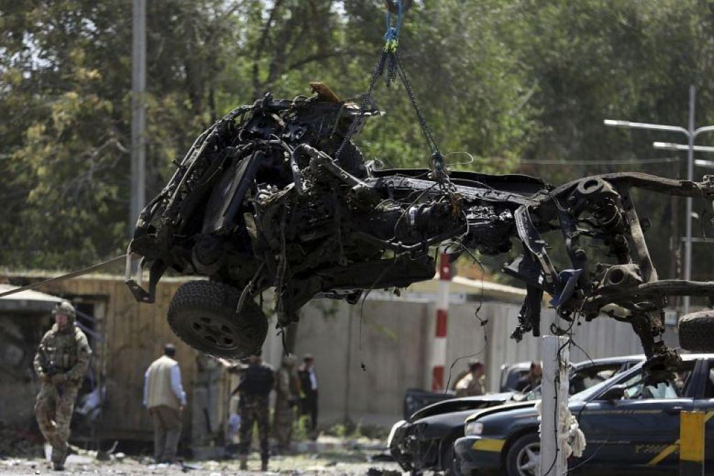 RAMAI TERKORBAN: Serangan oleh pengebom bunuh diri Taliban di Kabul pusat pada Khamis (5 September) telah membunuh 12 orang, selain memusnahkan kereta dan kedai berdekatan. -Foto AP.
