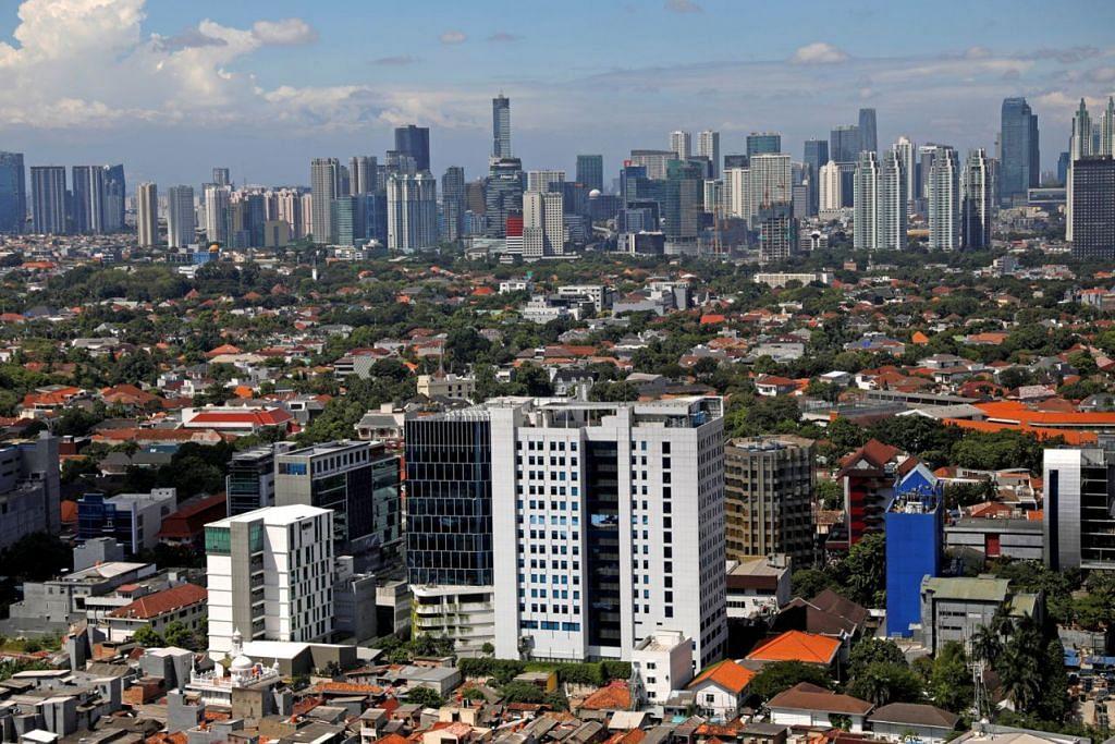 JAKARTA MAKIN TENAT: Tekanan terhadap asas bandar raya Jakarta (gambar kiri) semakin kuat akibat pembangunan luar kawalan, lalu lintas sesak dan perancangan bandar yang buruk. - Foto REUTERS