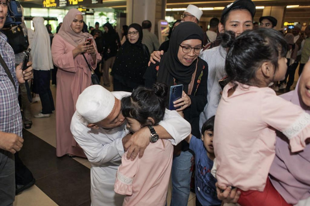 SELAMAT TIBA DI SINGAPURA: Jemaah haji Singapura yang selamat tiba ke tanah air disambut gembira oleh keluarga. -Foto BH.