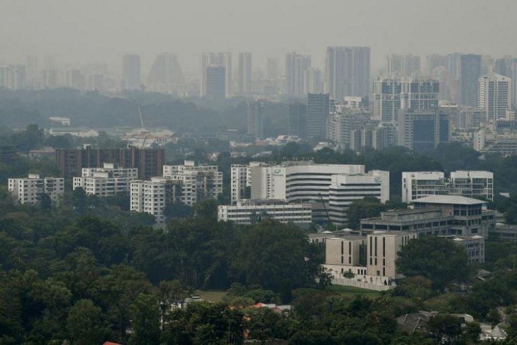 BERJEREBU:  Singapura mungkin mengalami sedikit jerebu, memandangkan bilangan tompok panas yang dikesan di Sumatra meningkat. -Foto BH oleh Lim Yaohui.