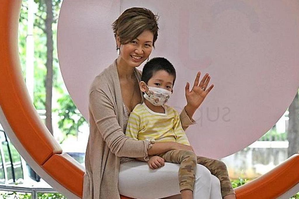 Cik Rebecca Sit dan anaknya, Damien Wai yang mempunyai leukemia. -Foto DESMOND FOO