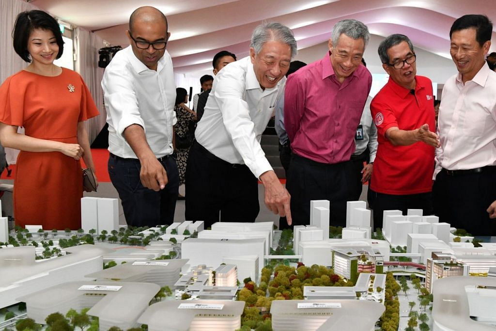 LIHAT MODEL SIT: (Dari kiri) Setiausaha Parlimen Kanan (Ehwal Dalam Negeri merangkap Pembangunan Negara) yang juga Anggota Parlimen GRC Pasir Ris-Punggol Sun Xueling, Menteri Negara Kanan Janil Puthucheary, Menteri Kanan yang juga Anggota Parlimen GRC Pasir Ris-Punggol Teo Chee Hean, Perdana Menteri Lee Hsien Loong, Profesor Tan Thiam Soon dan Menteri Pendidikan Ong Ye Kun, melihat model kampus SIT di upacara pecah tanah kampus itu semalam. - Foto BH oleh CHONG JUN LIANG