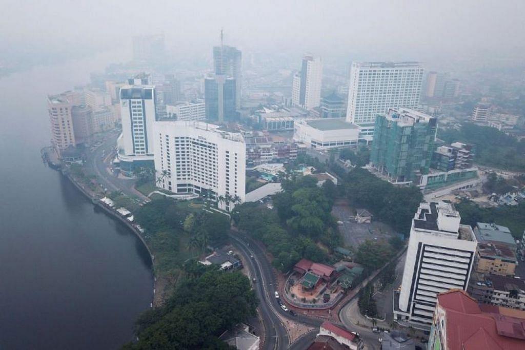 SERAWAK DILANDA JEREBU: Kuching, ibu kota negeri Serawak dilanda jerebu tahap 'Tidak Sihat'. -Foto: AFP