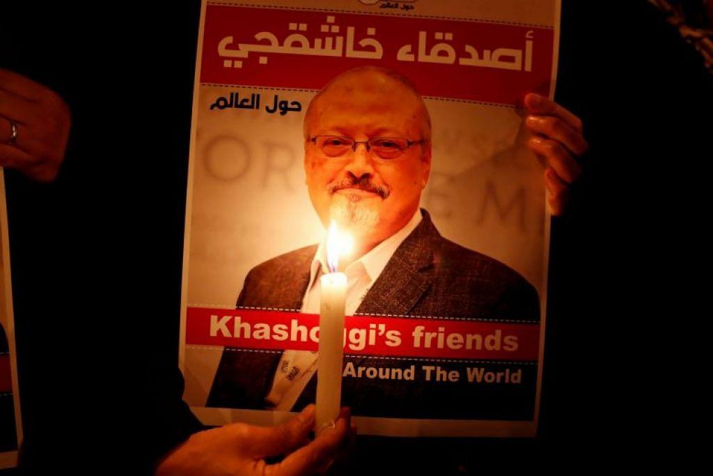DIBUNUH: Foto 2018 menunjukkan seorang petunjuk perasaan di luar konsulat Arab Saudi di Istanbul memegang poster Jamal Khashoggi. -Foto: REUTERS