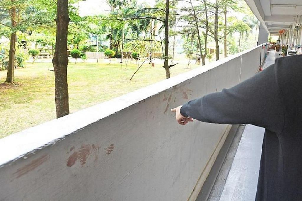 KESAN DARAH MASIH DI KORIDOR: Perkelahian sewaktu satu majlis perkahwinan di Ghim Moh menyebabkan seorang lelaki cedera. -Foto: SHIN MIN DAILY NEWS