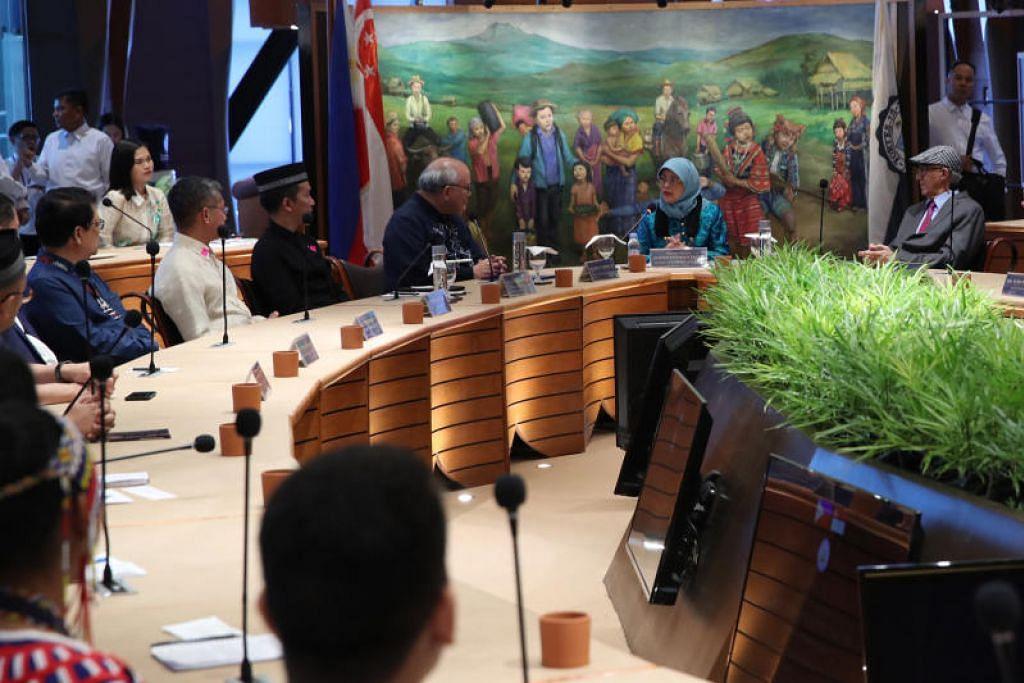 DIALOG PENTING: Puan Halimah berkata bahawa dialog adalah penting dalam usaha menentang prasangka, kejahilan dan sikap tidak bertoleransi, kepada sekumpulan belia pelbagai agama dan etnik dalam satu sesi dialog di Institut bagi Identiti dan Dialog Islam di Asia Tenggara Al-Qalam, Universiti Ateneo de Davao, di Bandar Davao, Mindanao, pada Rabu (11 September). -Foto MCI.