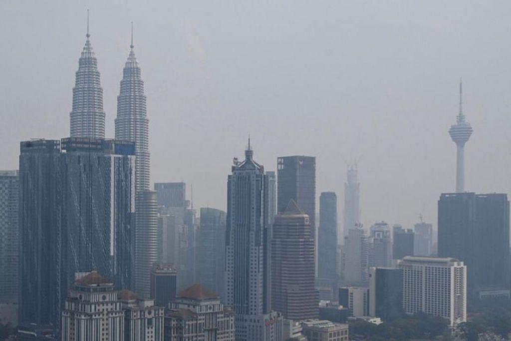 DISELUBUNGI JEREBU: Menara KLCC di Kuala Lumpur diselubungi jerebu pada Selasa (10 September). -Foto AFP.