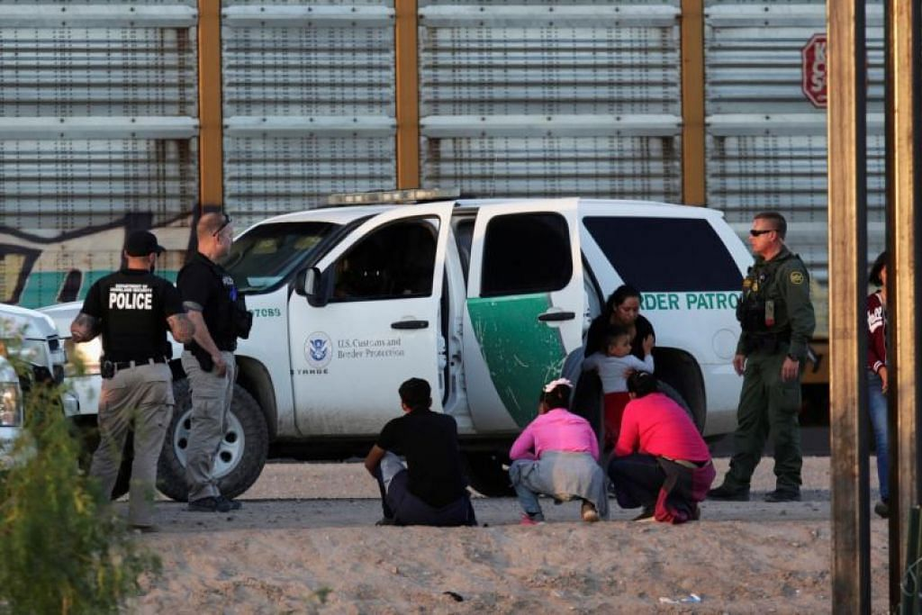 JUMLAH PENDATANG MEROSOT: Antara usaha Mexico membanteras sindiket penyeludup manusia dan dadah ke AS adalah dengan mengerahkan lebih  25,000 anggota polis tentera National Guard di sempadannya. -Foto Reuters.
