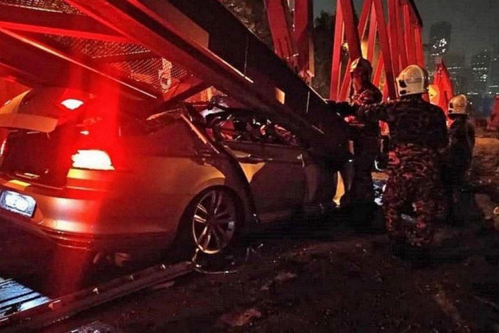 MALANG TIDAK BERBAU: Seorang pemandu lelaki Singapura  menemui ajal apabila keretanya terbabas selepas melanggar sebuah motosikal dan terlanggar penghadang jalan raya dan bingkai besi jambatan. -Foto: CHINA PRESS