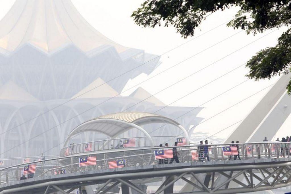 Punca mutu udara yang semakin teruk disebabkan oleh jerebu lintas batas, namun terdapat juga kebakaran hutan di Sarawak yang menyebabkan asap. Foto - THE STAR