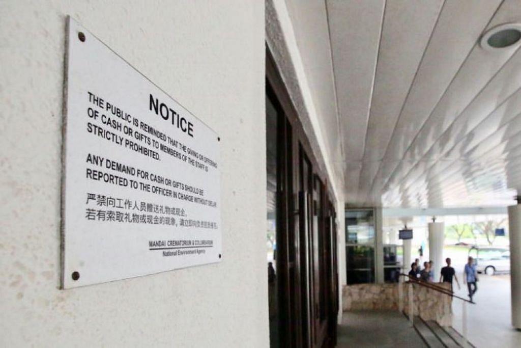 """Pekerja  di Krematorium Mandai diberi amaran tegas kerana  menerima rasuah dalam bentuk paket merah daripada pengarah pengebumian dan pemandu kereta mayat untuk """"melancarkan proses pembakaran mayat"""" - Foto SHIN MIN DAILY NEWS"""