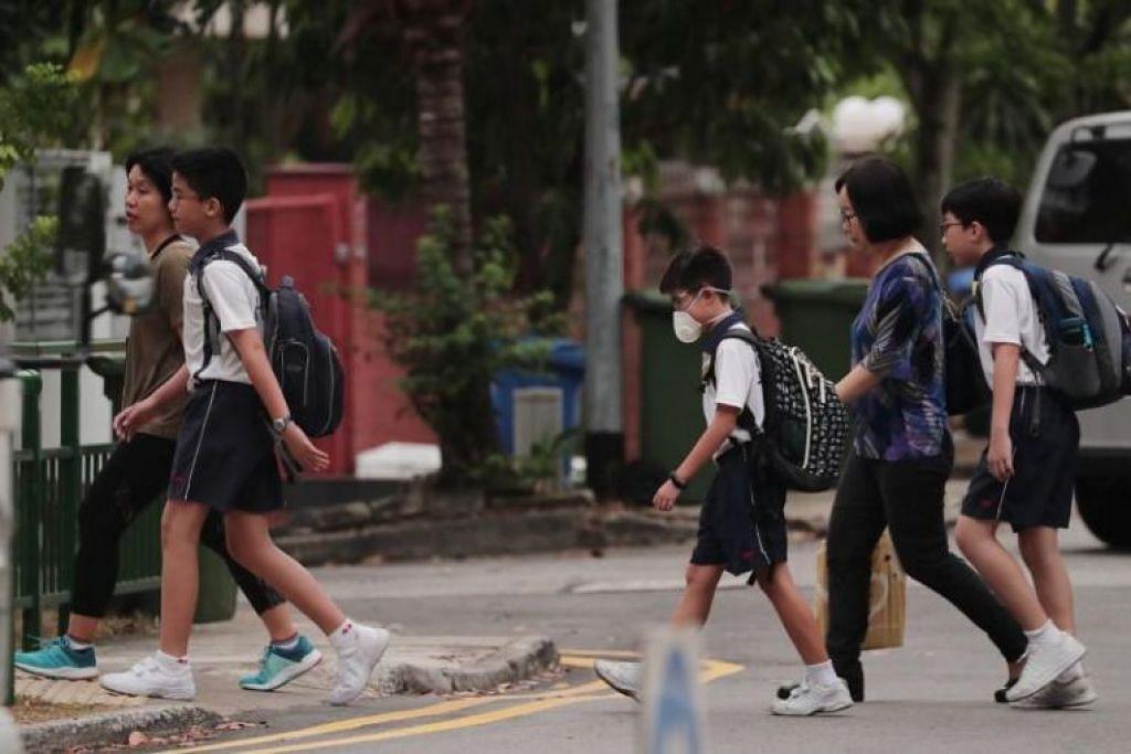 Pelajar Sekolah Rendah Nanhua berjalan ke sekolah sekitar 7.10 pagi pada 19 September. Paras PSI 24 jam pada 19 September, 7 pagi adalah 132, dan bacaan PM2.5 satu jam adalah 36. - Foto BH oleh KELVIN CHNG