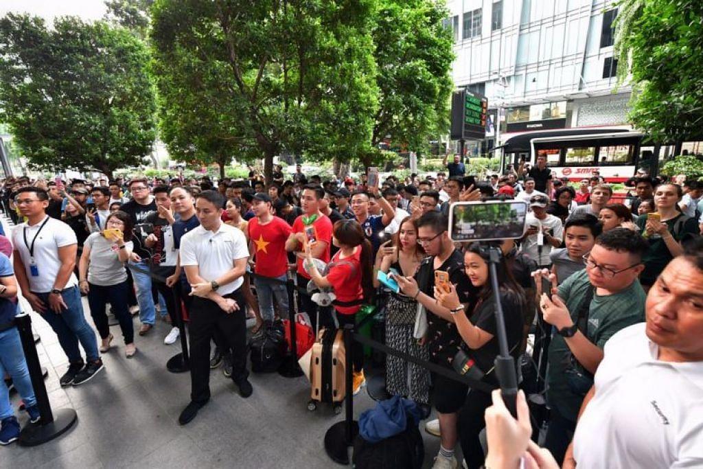 PANJANG BERBELIT: Ratusan orang telah beratur di depan cawangan utama Apple di Orchard Road dari malam Khamis, sempena pelancaran iPhone baru siri 11 pada Jumaat (20 September). -Foto BH oleh NG SOR LUAN.