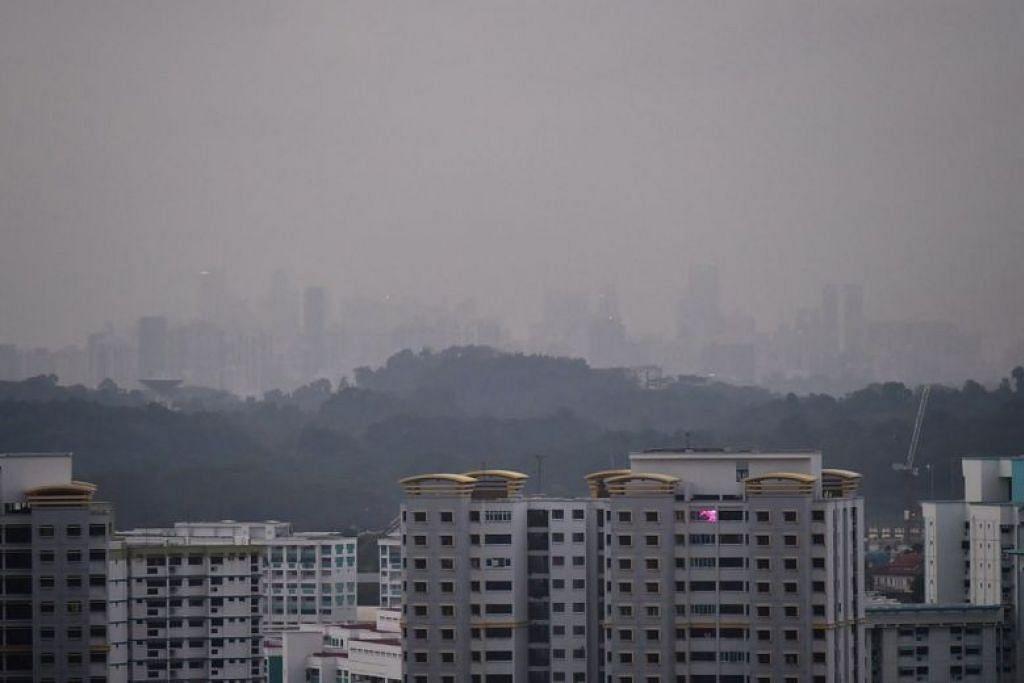 BERJEREBU: Walaupun mutu udara di Singapura sudah mula reda dan berada di tahap sederhana pada 8 pagi pada Jumaat (20 September), kabus masih boleh kelihatan di sekitar Upper Bukit Timah Road. -Foto BH oleh NG SOR LUAN.