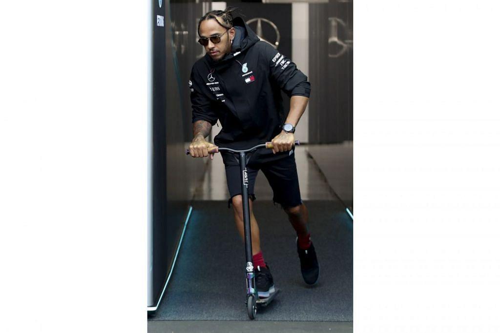 JUARA 'TUKAR SELERA': Juara bertahan Lewis Hamilton (Mercedes) menunggang skuter keluar dari garaj di Litar Marina Bay. Kalau sudah selalu memandu kereta lumba sekali-sekala tunggang skuter seronok juga. - Foto EPA-EFE