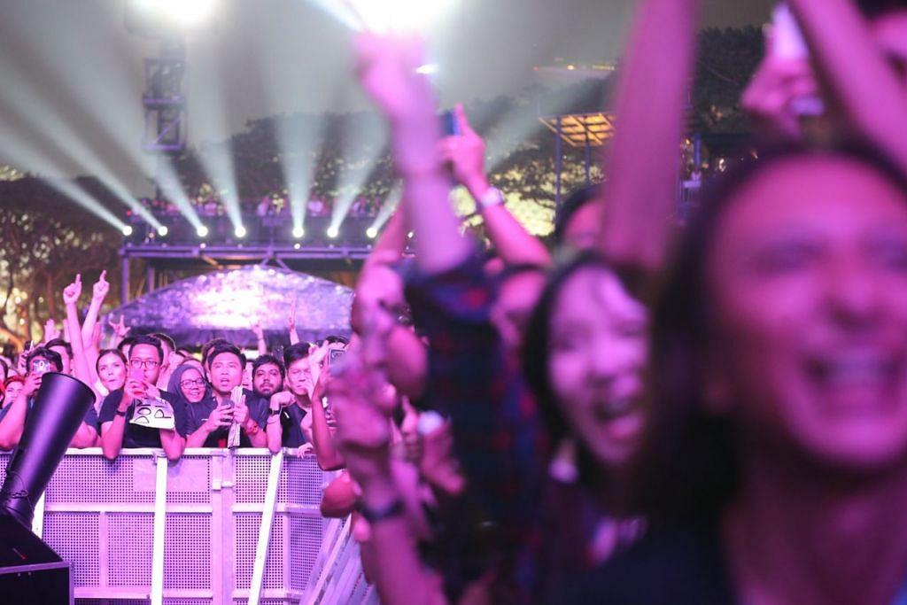 GHAIRAH DI LUAR LITAR: Para peminat kumpulan 'Muse' bersorak gembira menyaksikan persembahanan mereka. 'Muse' yang terdiri daripada Matt Bellamy, Chris Wolstenholme dan Dominic Howard membuat persembahan di konsert Grand Prix Singapura, kelmarin. - Foto BH oleh TIMOTHY DAVID