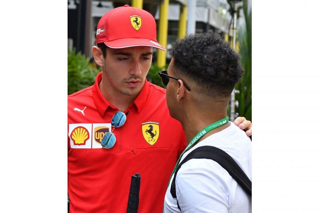 PEMINAT TIDAK DILUPAKAN: Walaupun sedang menghadapi persaingan hebat namun pemandu Ferrari Charles Leclerc tidak lupakan peminat. Beliau kelihatan meluangkan masa berbual dengan peminat. - Foto AFP