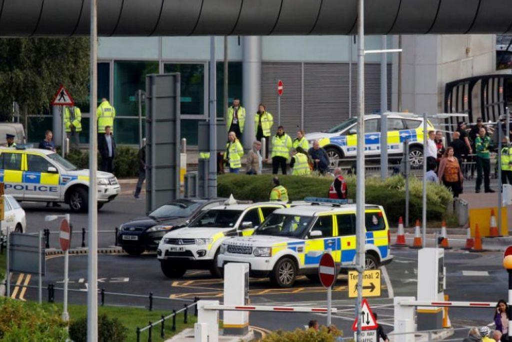 Bungkusan mencurigakan dijumpai di Lapangan Terbang Manchester pada 23 September. - Foto REUTERS