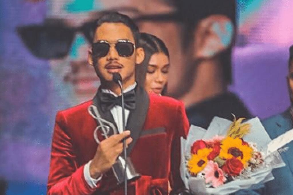 ARTIS KOLABORASI/ DUO/BERKUMPULAN POPULAR: Hael Husaini (dalam gambar) dan Dayang Nurfaizah memenangi trofi Artis Kolaborasi / Duo / Berkumpulan Popular dalam acara ABPBH yang ke-32, pada malam Ahad (22 September). - Foto Instagram tv3malaysia.