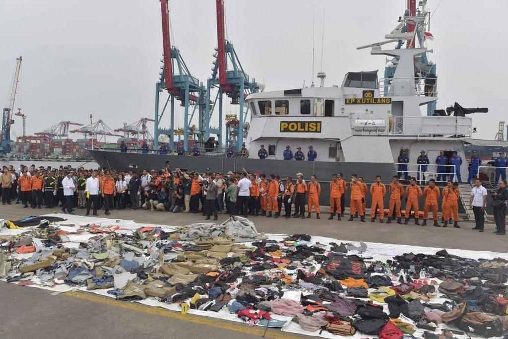 BARANGAN YANG DITEMUI: Gambar yang diambil pada 30 Oktober 2018 ini menunjukkan barangan penumpang pesawat malang yang terhempas yang dipaparkan semasa Presiden Joko Widodo melawat tempat kejadian. - Foto fail AFP