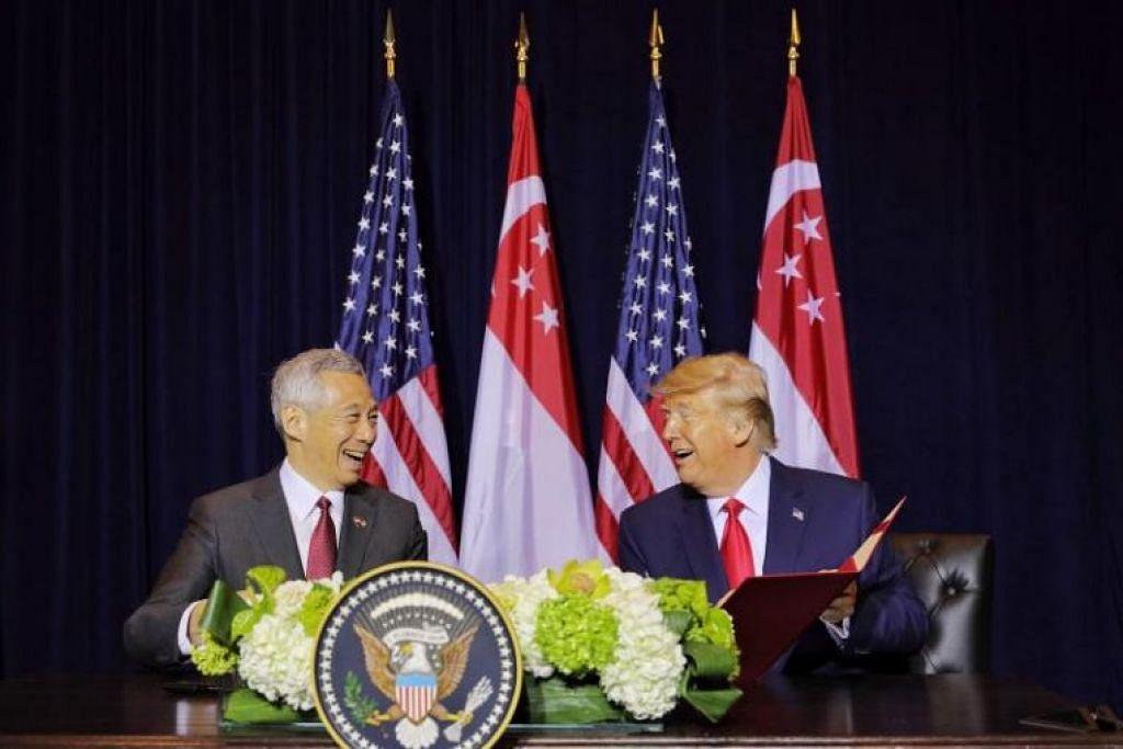 Perdana Menteri Singapura Encik Lee Hsien Loong dan Presiden AS, Encik Donald Trump menandatangani memorandum persefahaman di Hotel Intercontinental New York Barclay pada 23 September. - Foto ST